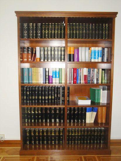 Βιβλιοθήκη από καρυδιά,σε κλασικό ύφος.