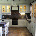 Κουζίνα από μασίφ δρυς στυλ κάντρι με πάγκο μασίφ δρυς .