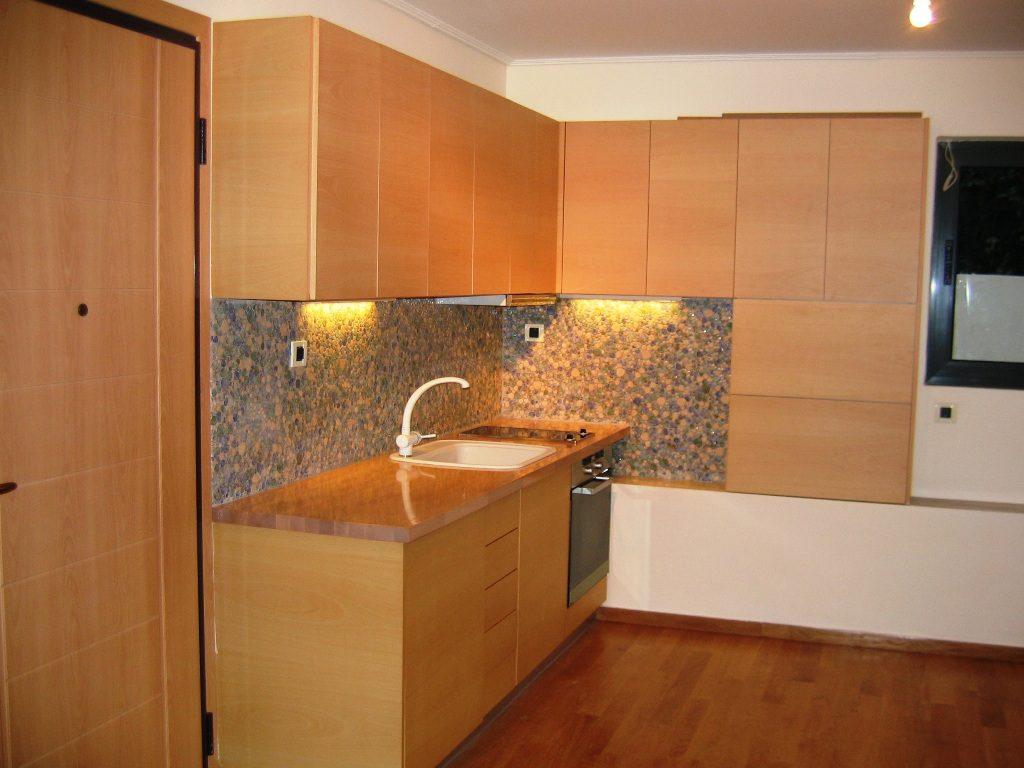 Κουζίνα από λευκή οξιά με συρτάρια και πόρτες ανοιγόμενα χωρίς πόμολα.