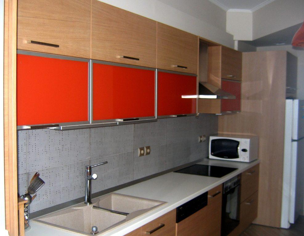 Κουζίνα από δρυς επενδεδυμένο με πάγκο βακελίτη.Άνω πορτάκια από έγχρωμο κρύσταλλο σε πλαίσιο αλουμινίου.