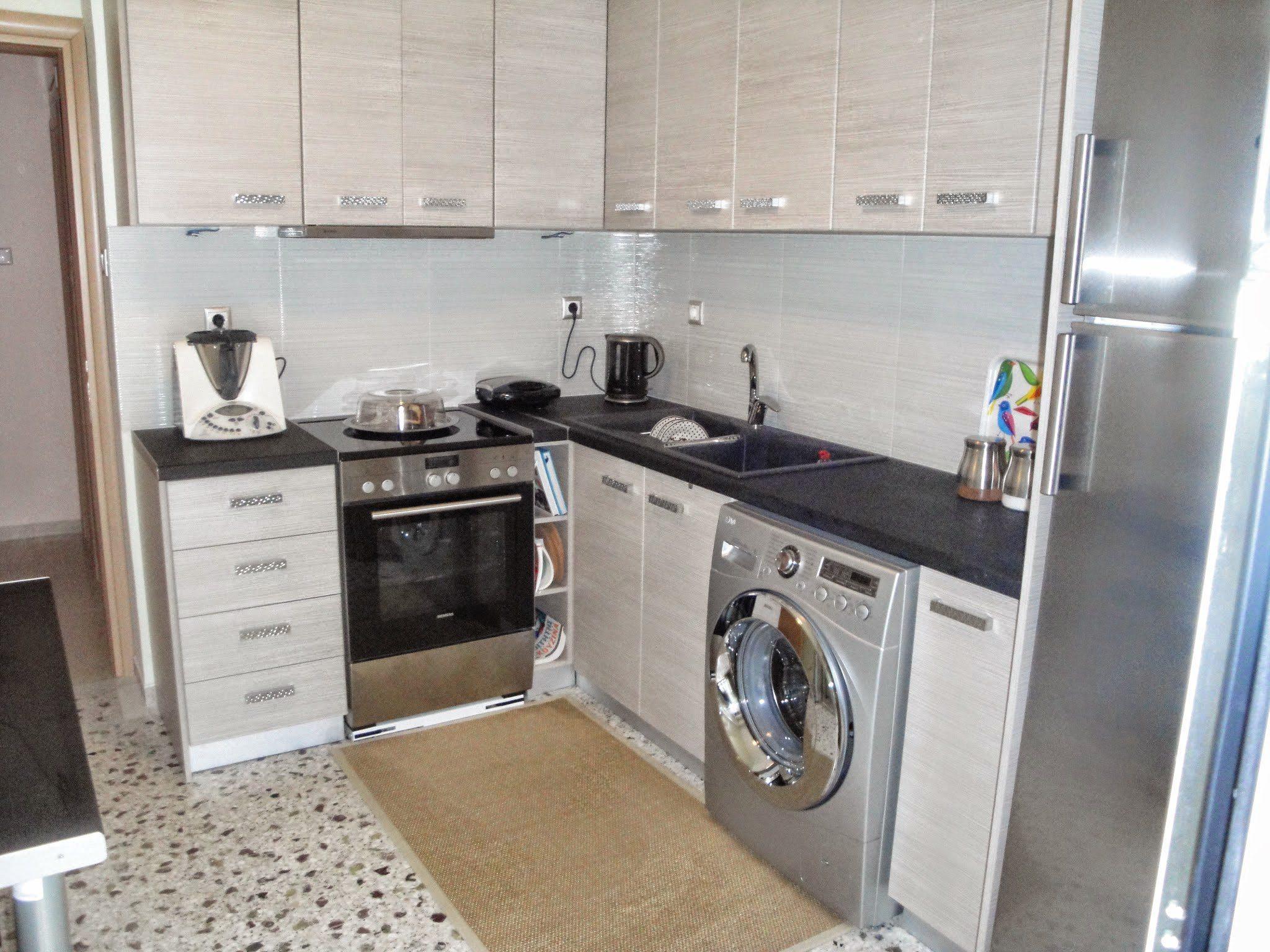 Μικρή κουζίνα λειτουργική που χωράει ακόμα και το πλυντήριο ρούχων