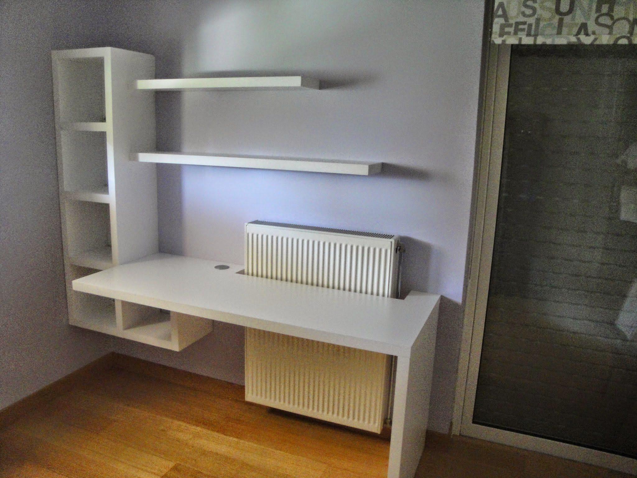 Γραφείο και βιβλιοθήκη σε δύσκολο χώρο με σώμα καλοριφέρ. Λακαριστό λευκό.