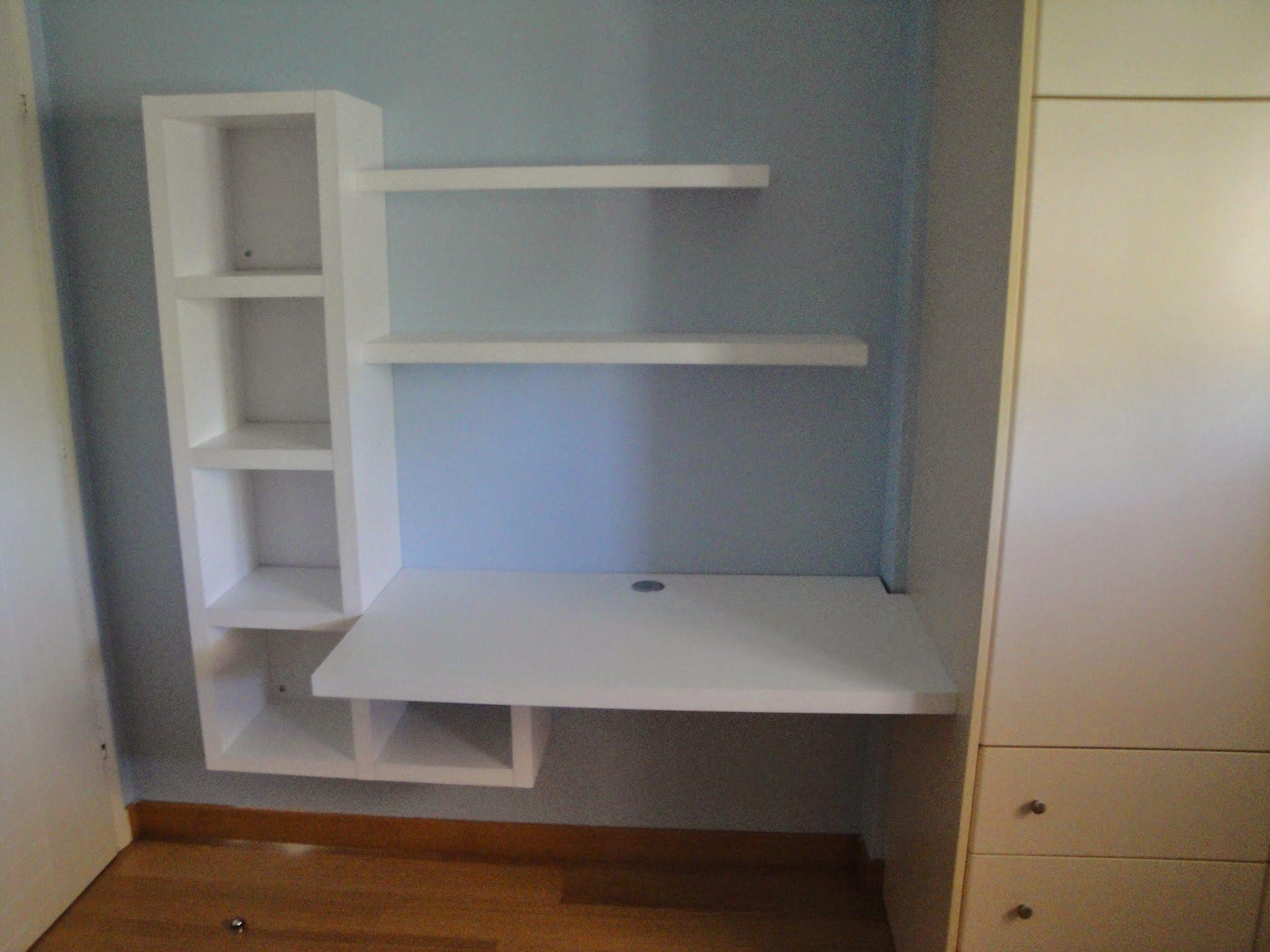 Γραφείο και βιβλιοθήκη σε μικρό παιδικό δωμάτιο,(τίποτα δεν πατάει στο πάτωμα). Βαφή λάκα λευκή.