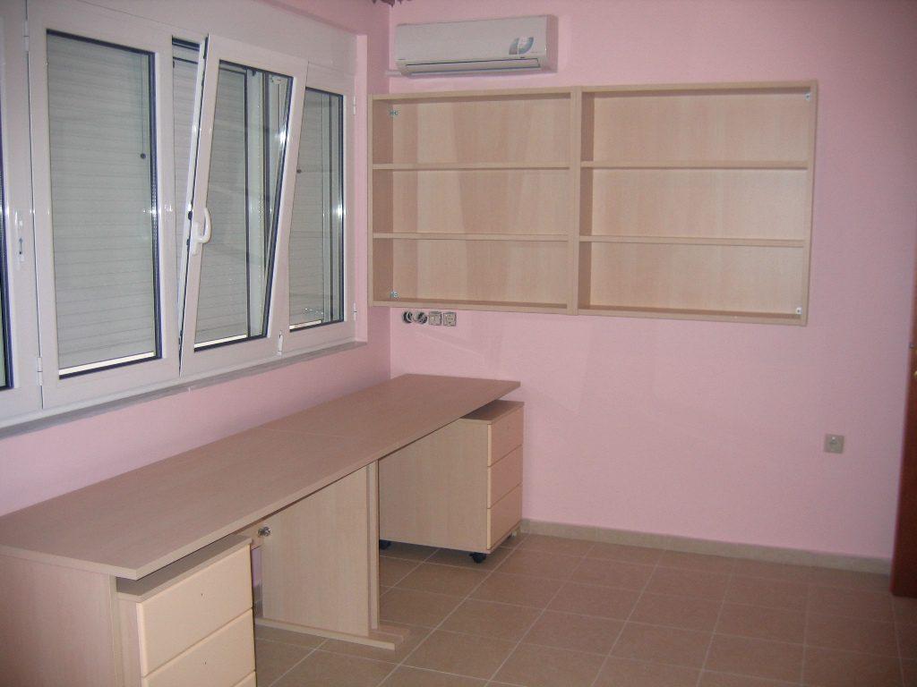 Γραφεία και βιβλιοθήκη σε παιδικό δωμάτιο για δυο παιδιά.Από μελαμίνη πάχους 2,5cm χρώμα σημύδα.