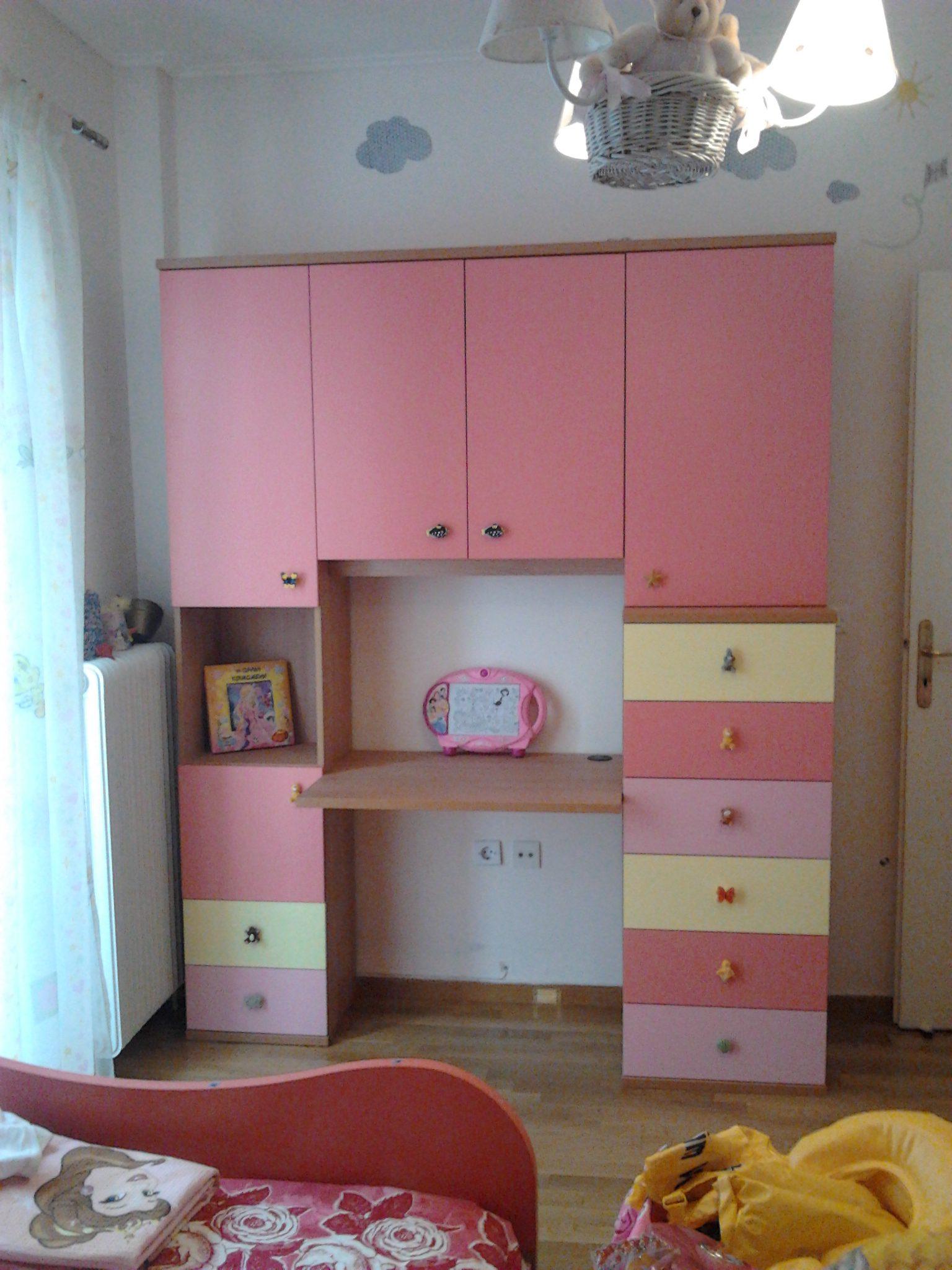 Γραφείο-βιβλιοθήκη σε παιδικό δωμάτιο,με πολλούς αποθηκευτικούς χώρους.Βαμμένα όλα με οικολογικές βαφές.
