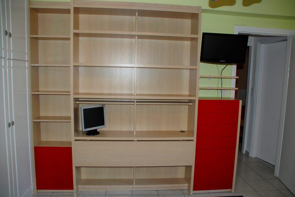 Διπλό γραφείο-βιβλιοθήκη με ανάκληση για περισσότερο χώρο.Βαφές οικολογικές.