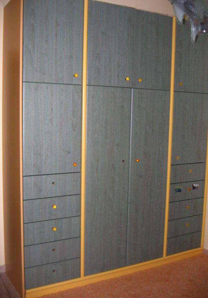 Ντουλάπα με πόρτες βακελίτη shelman και λάκα σε παιδικό δωμάτιο.