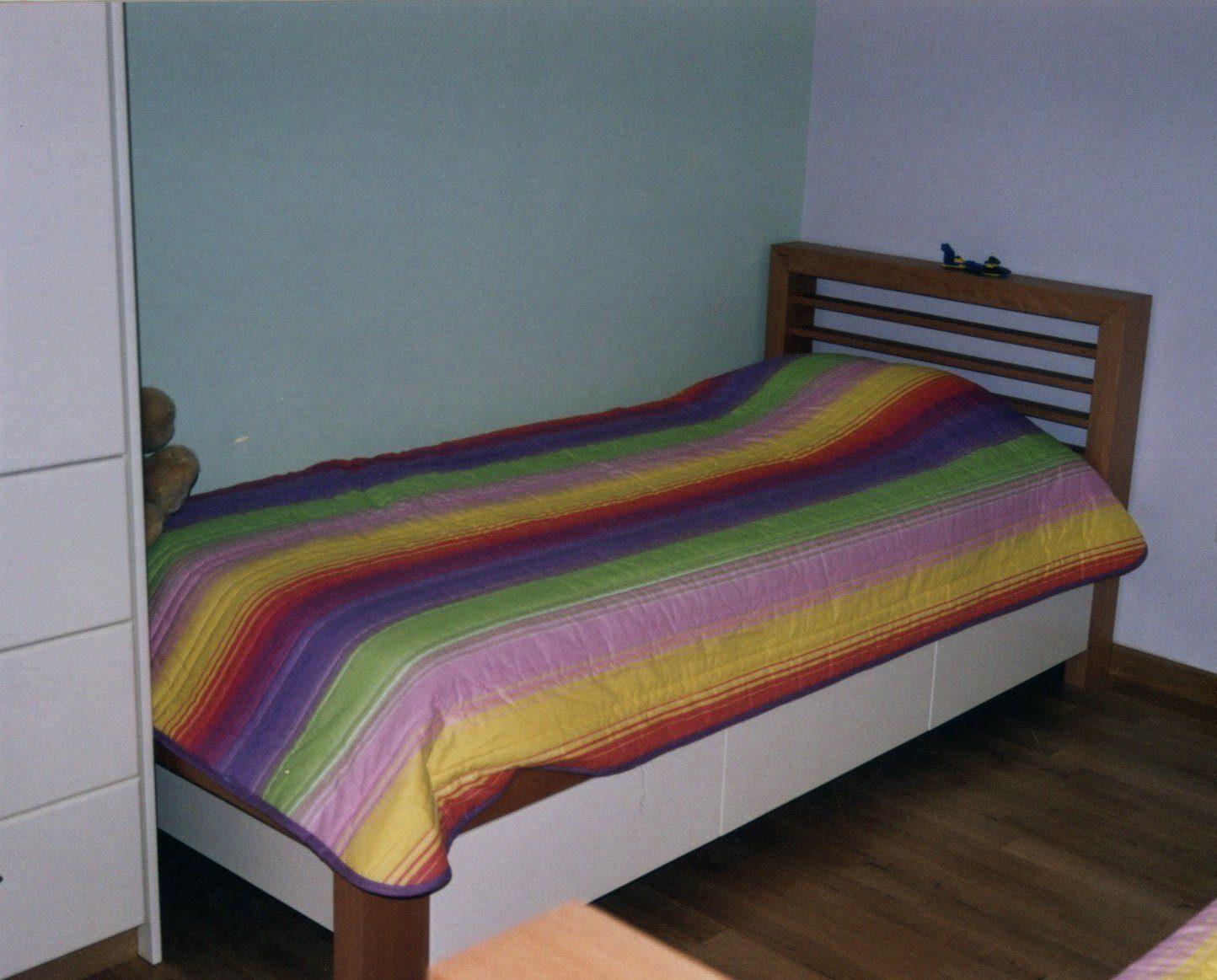 Κρεβάτι παιδικό από μασίφ οξιά και λάκα με τρία συρτάρια για αποθήκευση.