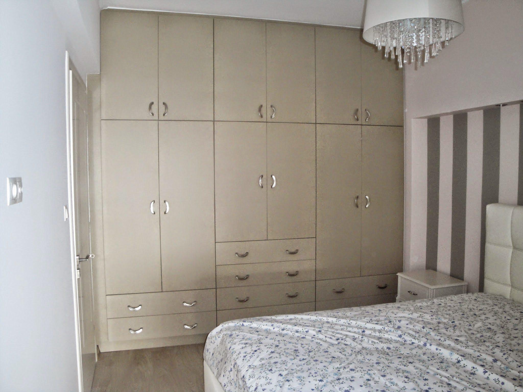 Μεγάλη ντουλάπα σε κρεβατοκάμαρα με πρόβλεψη χώρων για το ζευγάρι.