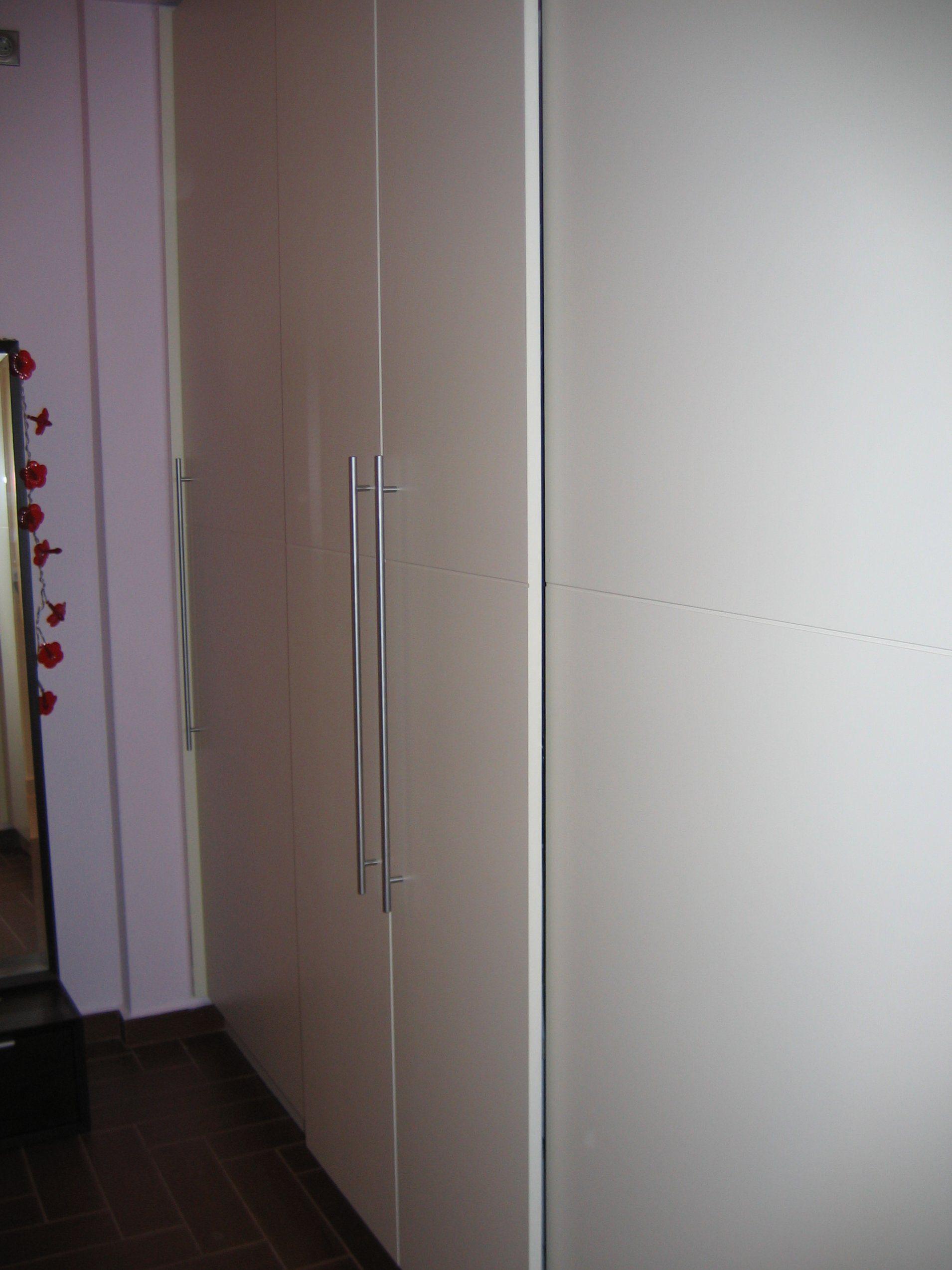 Λακαριστή ντουλάπα με συρόμενες πόρτες για χώρους με δύσκολη πρόσβαση.
