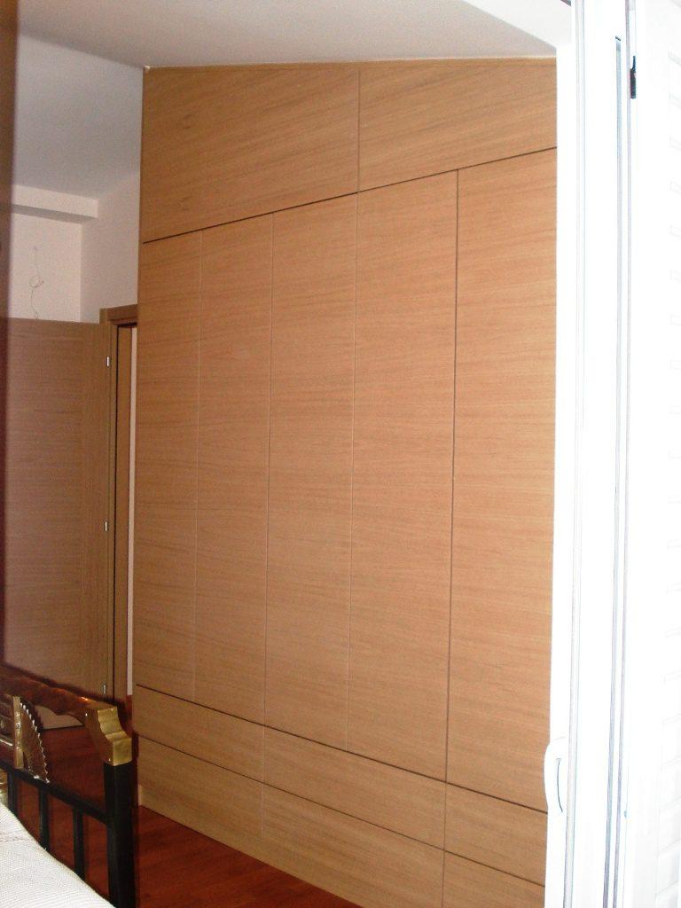 Μία ντουλάπα για σοφίτα από δρυς με οριζόντια νερά. τα άνω πορτάκια με ανάκληση για εύκολη τοποθέτηση μεγάλων αντικειμένων.
