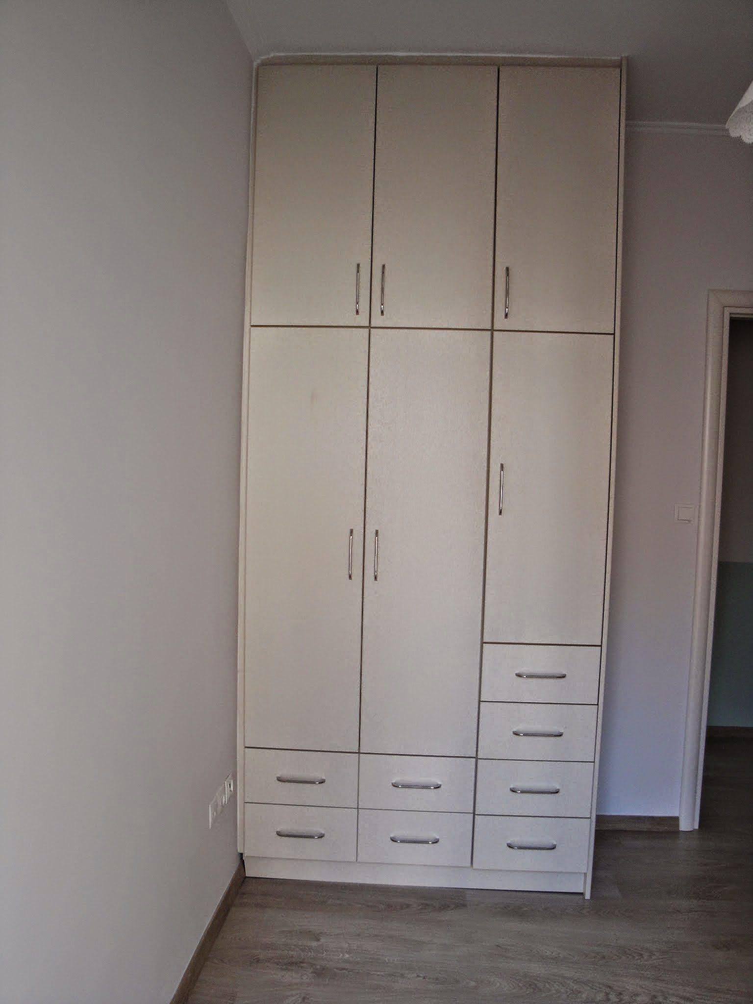 Ντουλάπα από βακελίτη για μικρό δωμάτιο.