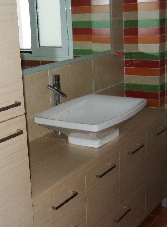 Έπιπλο από δρυς με ειδική βαφή, για αντοχή,σε συνδυασμό με ντουλάπι και πλήρη εκμετάλλευση χώρου.