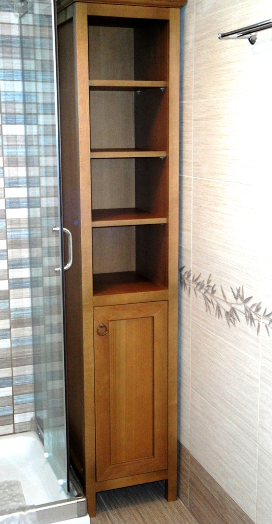 Ντουλάπι μπάνιου με χώρους άνω για πετσέτες και κάτω για άπλυτα.