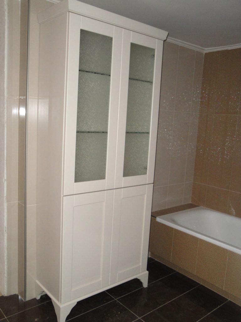 Έπιπλο μπάνιου λακαριστό.Στο κάτω μέρος 2 συρόμενα καλάθια άπλυτων.