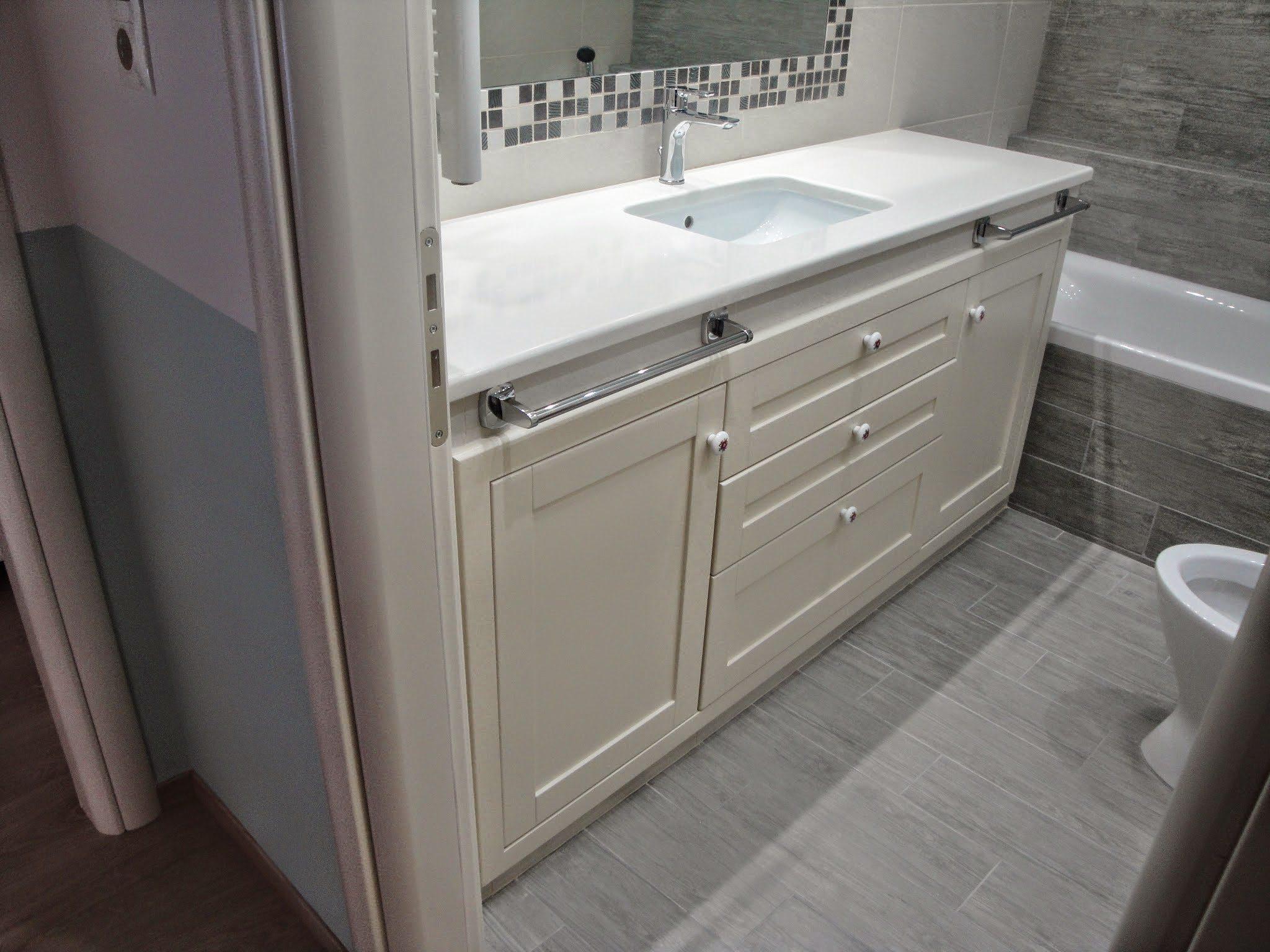 Έπιπλο μπάνιου με συρτάρια και δύο καλάθια άπλυτων.Πάγκος μάρμαρο λευκό.