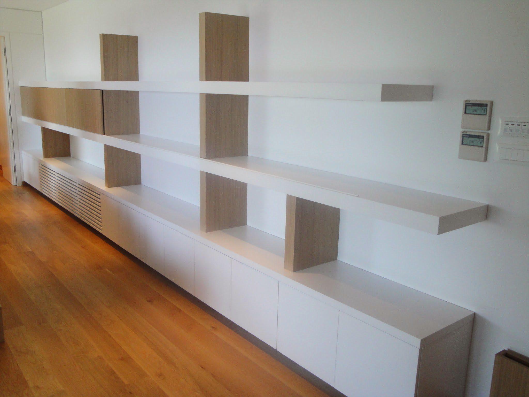 Έπιπλο μήκους 6.7 μέτρων με πολλούς χώρους και συρόμενες πόρτες για συλλέκτη δίσκων βινυλίου.