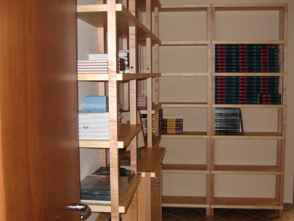 Βιβλιοθήκη από μασίφ κελεμπέκι με ντουλάπι αποθήκευσης