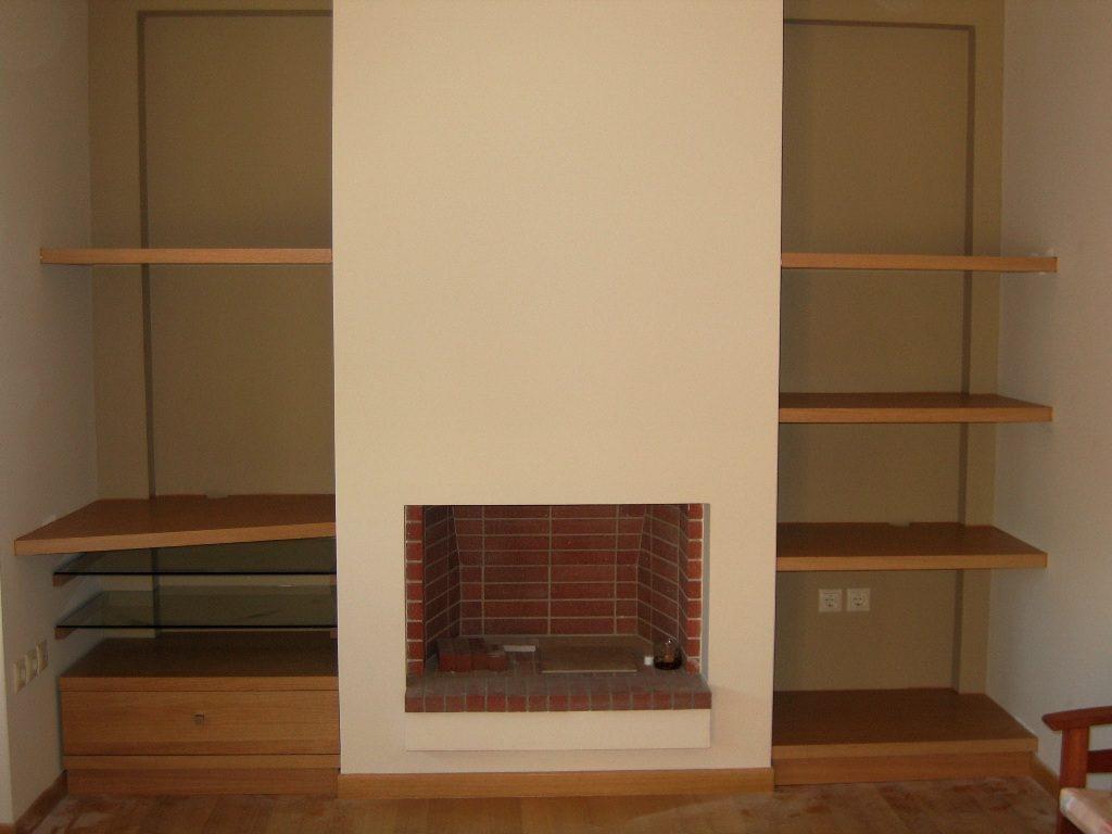 Κατασκευή με ξυλεία δρυς σε εσοχές δίπλα από τζάκι. Κρυφή στήριξη στον τοίχο. Αριστερά υποδοχή για tv,στερεοφωνικά και συρτάρι για cd-dvd.